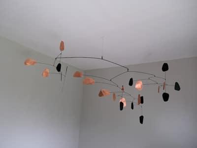 mobile sculpture en cuivre et acier noir pour décoration plafond dans l'esprit de Calder