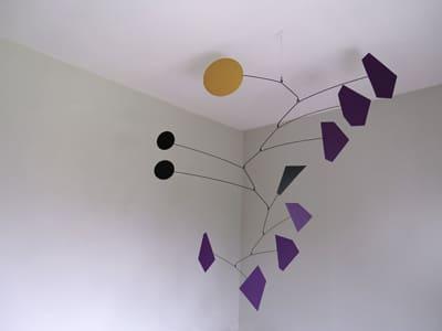 ce mobile à suspendre s'accroche au plafond , il est dans l'esprit d'alexandre calder