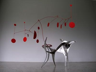 sculpture stabile dans l'esprit de calder , en inox brossé et acier laqué rouge